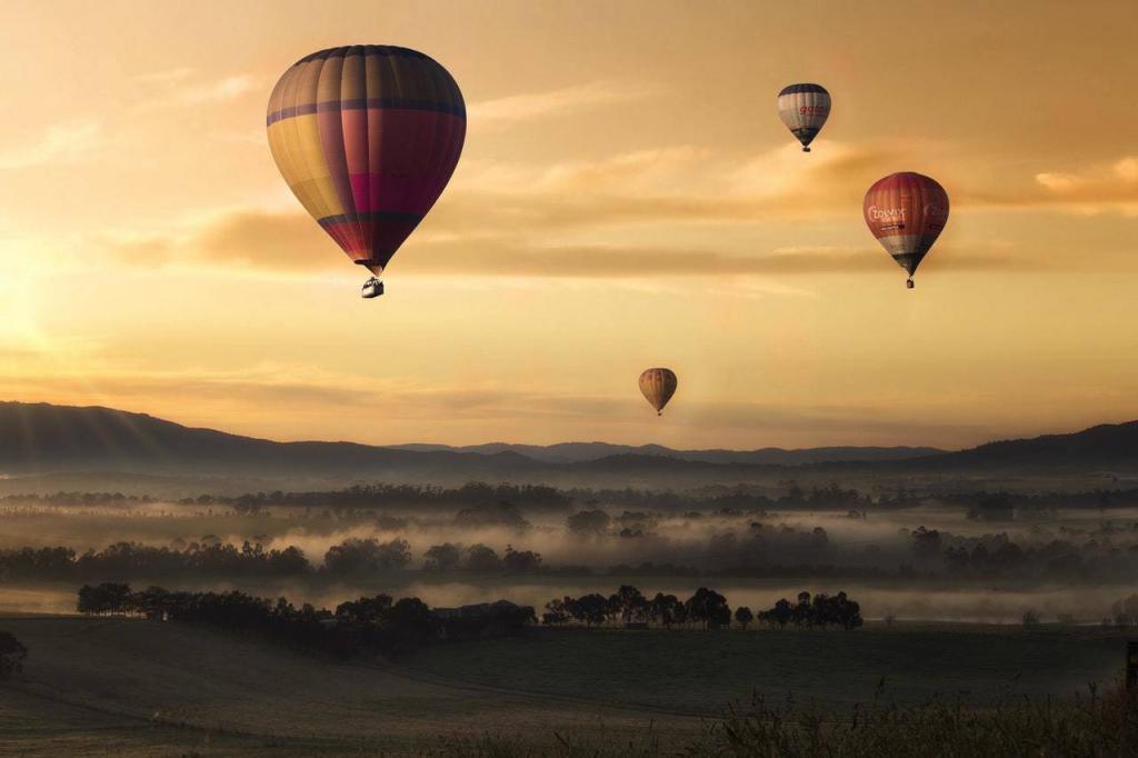 Воздушные шары поднимающиеся вверх в предзакатное время