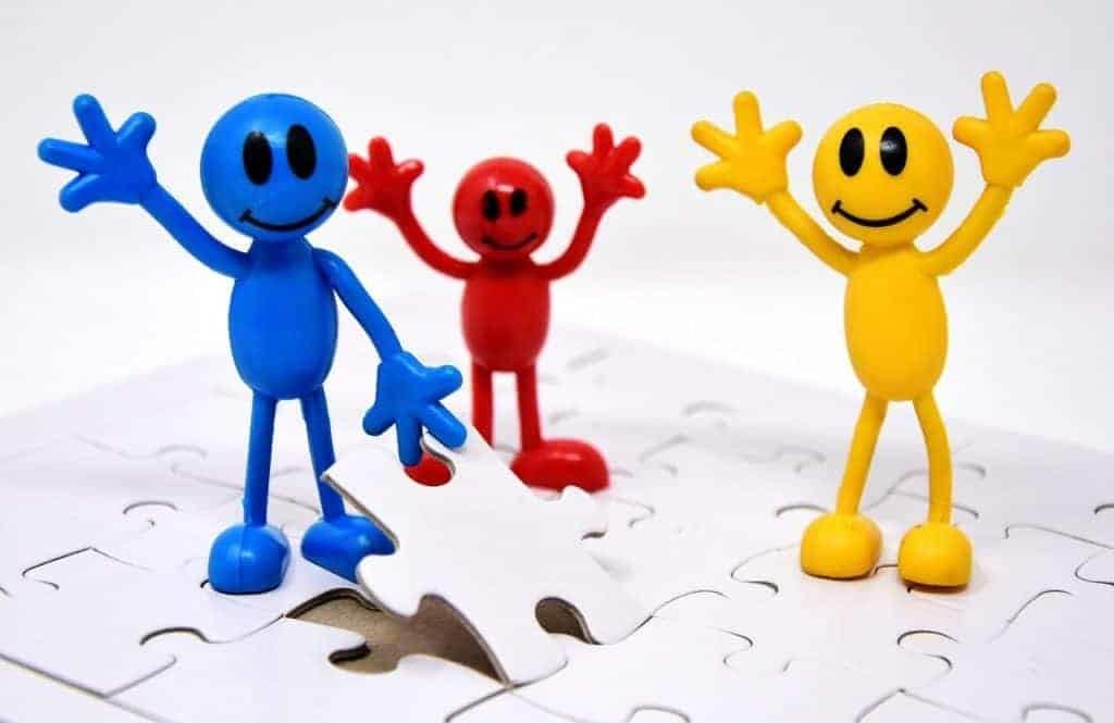 Разноцветные человечки радуются совместной работе