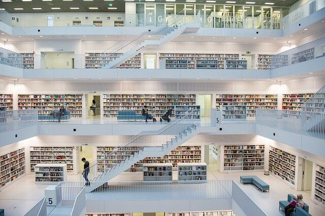 Многоуровневая библиотка в светлых тонах